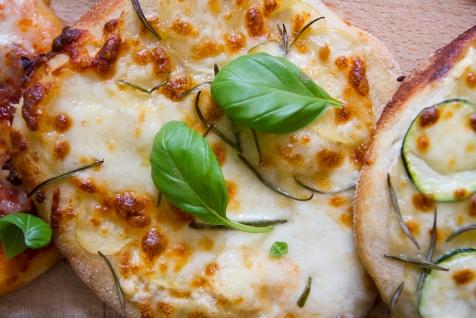 Hvidpizza med kartoffel og rosemarin på fuldkornsbund